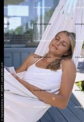 jovem-mulher-deitado-na-rede_136976