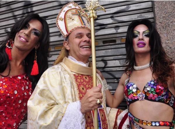 papa-parada-gay-2013-600x443